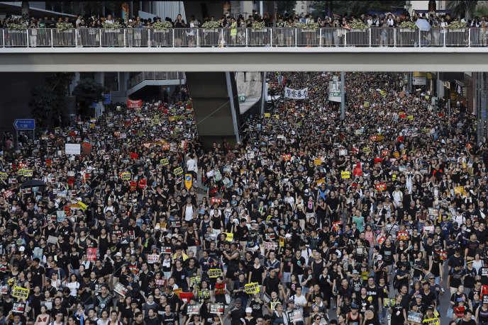 Des milliers de personnes se sont rassemblées pacifiquement, quelques heures après la mise à sac du parlement, à Hongkong, le 1er juillet.
