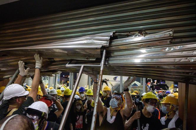 Des manifestants prennent d'assaut le siège du Conseil législatif à Hongkong, le1erjuillet.