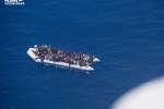 Une embarcation de migrants en difficulté le 10 juin 2019 au large de Malte. Photo prise lors d'une opération de l'association «Pilotes volontaires».
