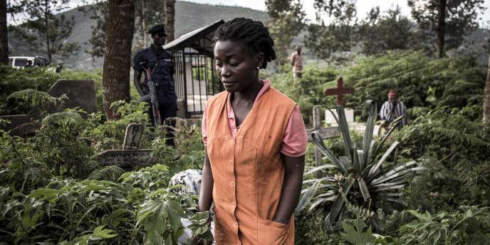 Une proche d'une victime d'Ebola enterrée le 16 mai, à Butembo, au nord-est de la République démocratique du Congo.