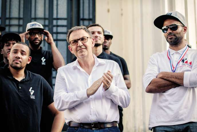 David Kimelfeld au côté de Tony Parker et des basketteurs de Villeurbanne, champions de France le 27 juin. Président de la Métropole de Lyon, l'ex-bras droit de Gérard Collomb refuse de lui céder son siège.