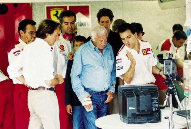 En 1997, dans le box Ferrari, Gianni Agnelli avec Luca di Montezemolo, président de Ferrari et futur directeur de Fiat, et John Elkann, âgé de 21 ans.