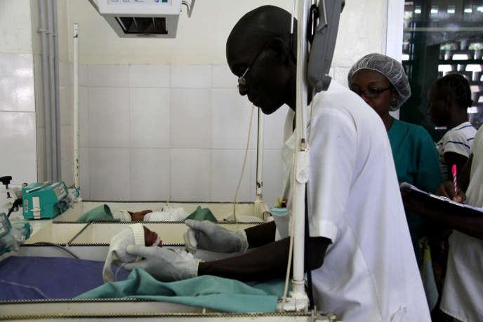 Soins de prématurés à la Maternité des castors, à Bangui, en mars 2019.