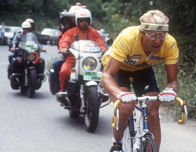 Le Français Laurent Fignon, échappé, file vers la victoire, le 17 juillet 1984, lors de la 18e étape du Tour de France entre Bourg d'Oisans et La Plagne.