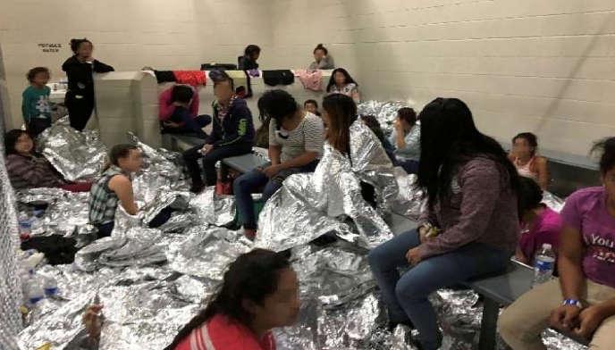 Des familles dans le centre de rétention de McAllen, au Texas, le 10 juin 2019.