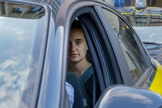 Carola Rackete est escortée par la police, après avoir comparu devant un juge àAgrigente, enSicile, le 1er juillet.