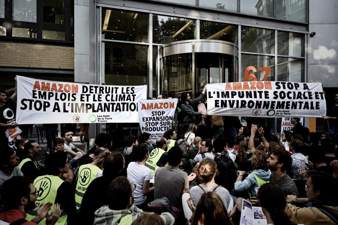 Manifestation devant l'entrepôtAmazon de Clichy, mardi 2 juillet.