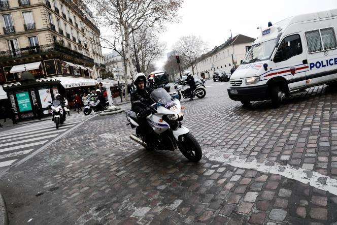 Des policiers patrouillent à Paris, en décembre 2018.
