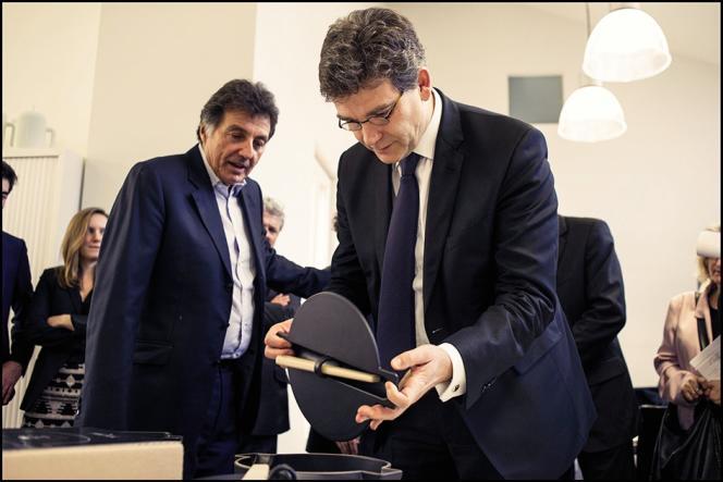 Arnaud Montebourg, alors ministre du redressement productif, au côté du président d'Habitat, Hervé Giaoui, pendant une visite du studio de design du fabricant de meubles, en 2014.