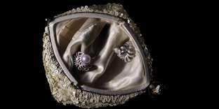 Bague Colibri en or blanc avec diamants et perle de culture (à gauche) et bague Plume 1932, en or blanc et diamants, Chanel Joaillerie. Sac en sequins blancs, IlLisa's Vintage Lingerie.
