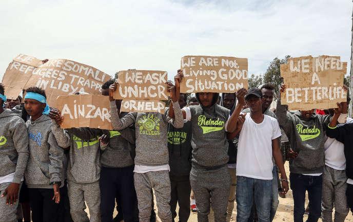 Mobilisation de migrants lors d'une visite d'Antonio Guterres, patron de l'ONU, au centre de détention d'Aïn Zara (Libye), le 4 avril.