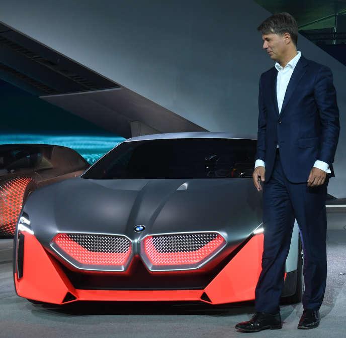 Harald Krüger, PDG de BMW, pose devant la concept-car Vision M Next à l'occasion de la présentation des nouveaux modèles électriques du constructeur, à Munich, le 25 juin.