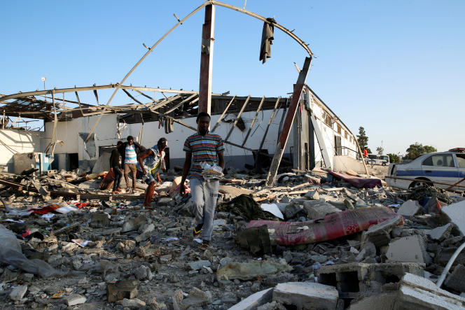 Des migrants fouillent les gravats à la recherche de leurs effets personnels àTadjourah près de Tripoli (Libye), le 3 juillet.