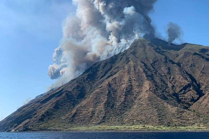 Eruption du Stromboli, volcan situé au nord de la Sicile (Italie), le 3 juillet.