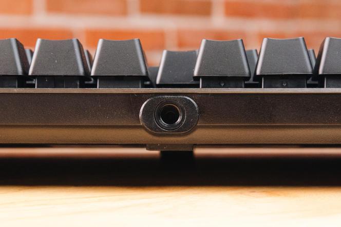 L'arrière du G513 comporte un étrange port pour câble qui, selon ce que nous a dit Logitech, « a été conçu pour accueillir les appareils et accessoires que Logitech et la communauté vont développer à l'avenir. »