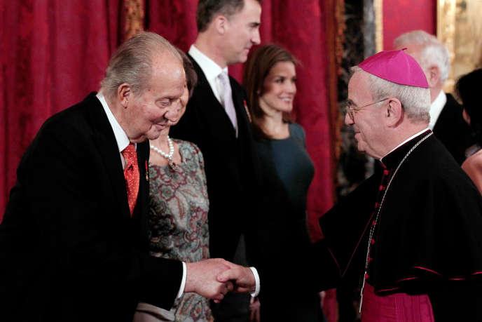 Le roi Juan Carlos (à gauche) et le nonce apostolique d'Espagne, Renzo Fratini (à droite), lors de la réception annuelle du corps diplomatique, à Madrid, le 5 février 2014.