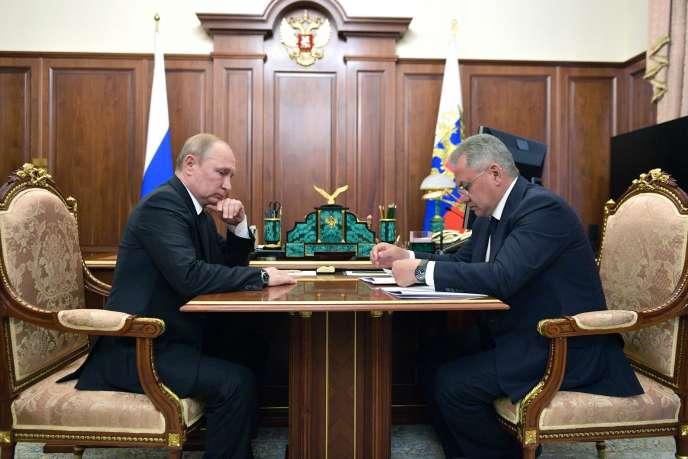 Vladimir Poutine rencontre Sergueï Choïgou, ministre de la défense, pour évoquer le cas du sous-marin accidenté, à Moscou le 2 juillet.