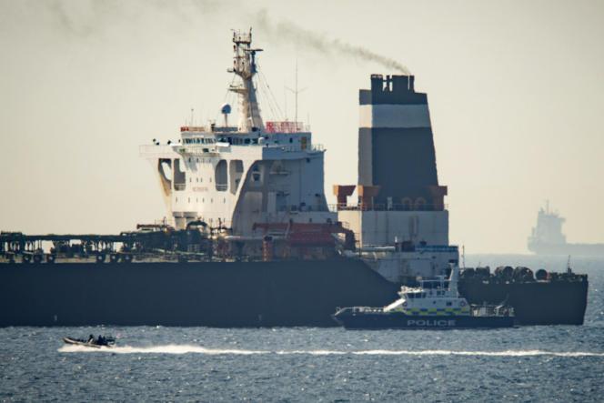 La police et les douanes de Gibraltar, assistées d'un détachement de la marine royale britannique, ont arraisonné le pétrolier tôt jeudi4juillet à environ quatre kilomètres au sud de Gibraltar.