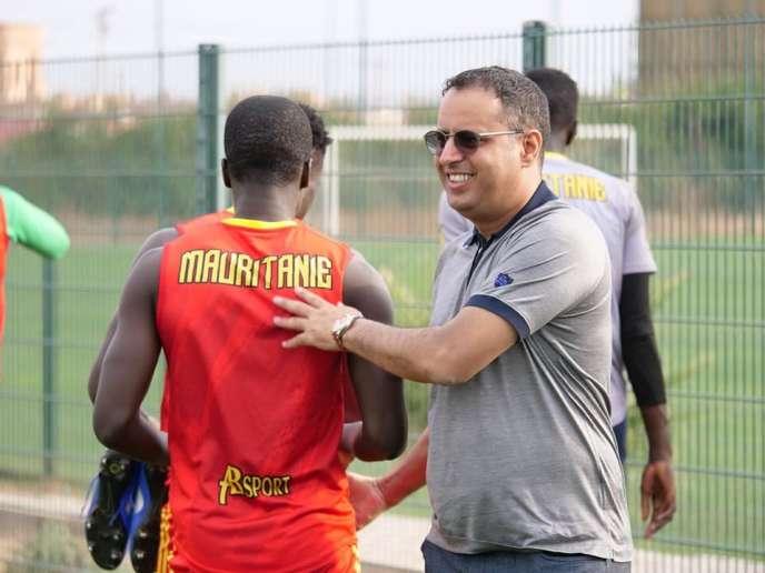 Le président de la Fédération mauritanienne de football Ahmed Yahya, à la fin d'un entraînement de l'équipe des Mourabitounes en juin, à Marrakech, au Maroc.