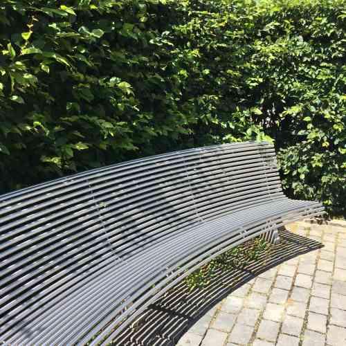 Ce banc de jardin élégant et spacieux fait face à un bosquet miniature réinvesti par des«animaux sauvages».