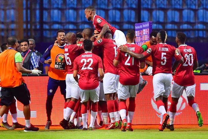 Les Zébus malgaches célèbrent leur deuxième but face aux Super Eagles nigérians, à Alexandrie, le 30 juin 2019.