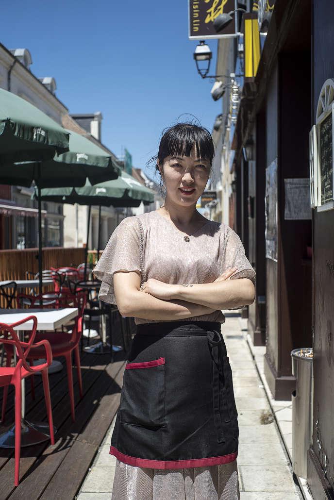 A Selles sur Cher, Tina Lin, gérante et serveuse du restaurant de gastronomie chinoise Chez Voisin Lin, le 4 juillet.