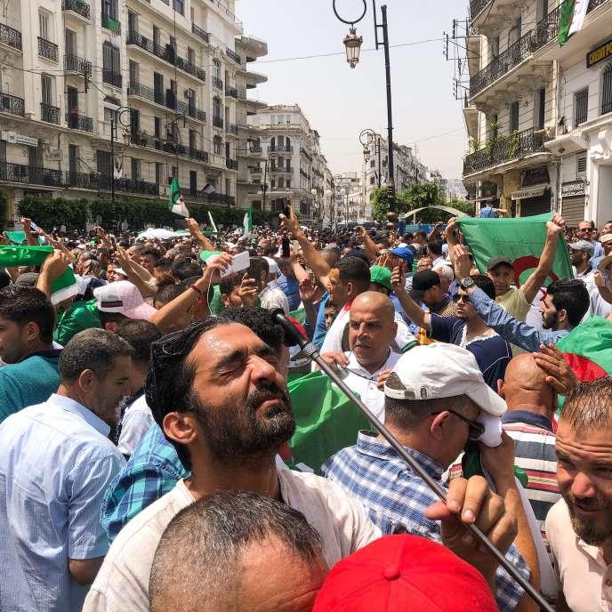 Un manifestant se rafraîchit pendant la manifestation à Alger, vendredi 5 juillet.