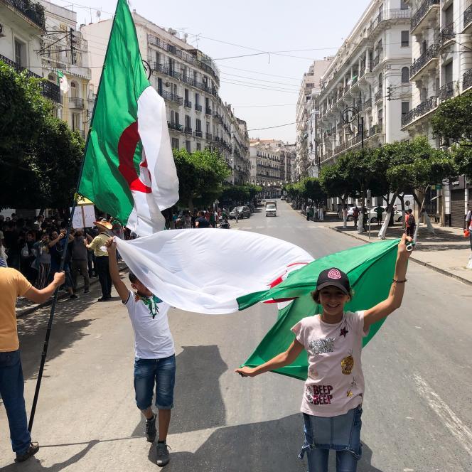 Dans les rues d'Alger lors d'une manifestation contre le pouvoir en place, vendredi 5 juillet.