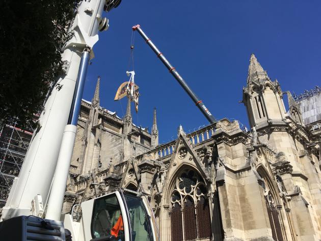 Pose d'un cintre de 8 tonnes sous un arc-boutant, sur le chantier de restauration de Notre-Dame de Paris, le 2 juillet.