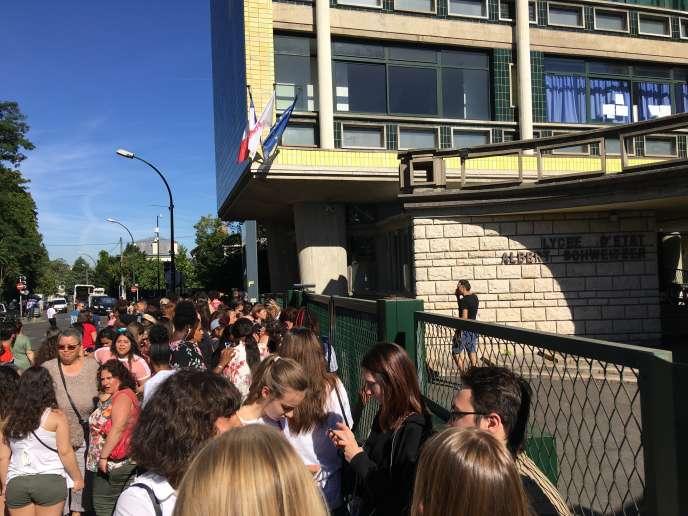 En attente des résultats du baccalauréat devant le lycée Albert-Schweitzer, le 5juillet2019.