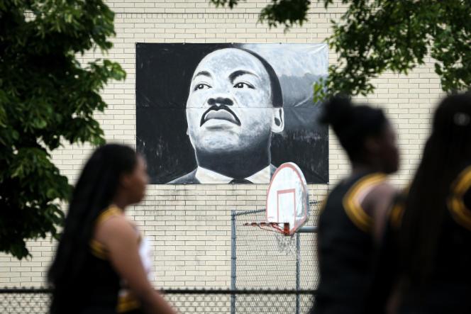 Un portrait de Martin Luther King dans une rue de Milwaukee, au Wisconsin (Etats-Unis), le 19 juin.
