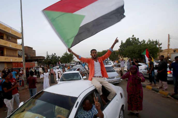 Des manifestants se félicitent de l'accord trouvé entre les militaires et l'opposition soudanaise, à Khartoum, le 5 juillet.