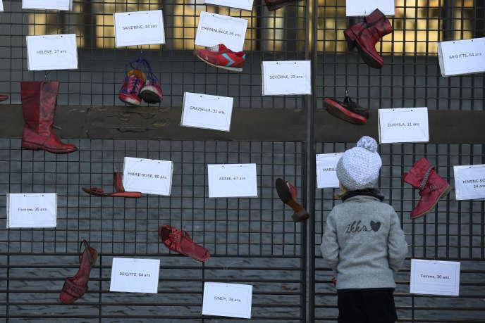 Une installation sur les violences conjugales et les féminicides, devant le palais de justice de Nantes (Loire-Atlantique), en novembre 2017.