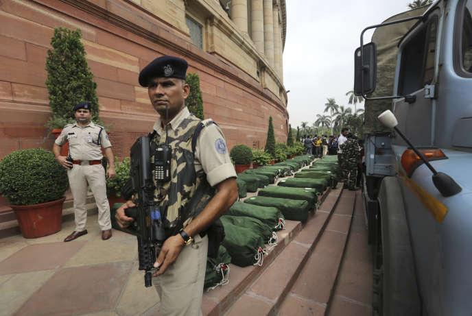 Des sacs contenant les documents budgétaires arrivent au Parlement indien, le 5 juillet àNew Delhi.
