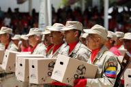 Des militaires défilent avec des cartons d'aide alimentaire, à Caracas, le 5 juillet.