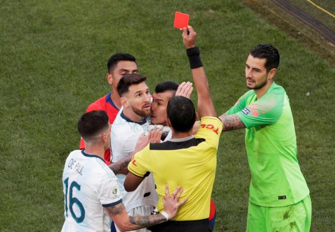 Lionel Messi (maillot blanc, de face) exclu par l'arbitre lors du match pour la 3e place de la Copa America contre le Chili, le 6 juillet à Sao Paulo au Brésil.