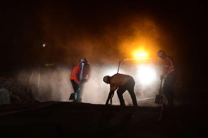 Des ouvriers de maintenance de lavoirieréparent un trou dans la route près de Ridgecrest, en Californie, à environ 241 km au nord de Los Angeles, à la suite du séisme survenu le 5 juillet 2019.