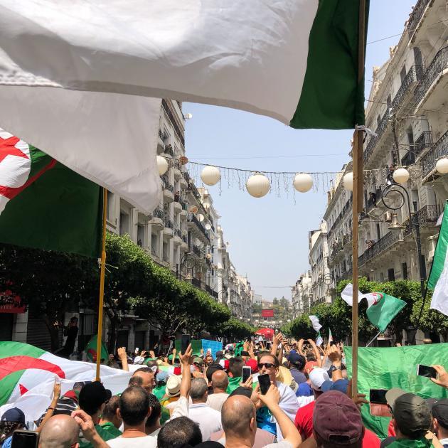 Une foule immense investit la rue vers 14 heures apres la fin de la prière du vendredi.