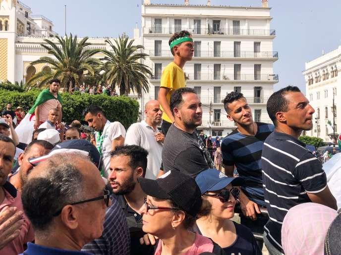 Des manifestants sur l'esplanade de la Grande Poste d'Alger, le 5 juillet.