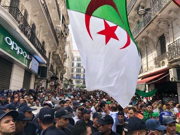 La foule des manifestants encadrée par un imposant dispositif de sécurité et observée par deux hélicoptères.