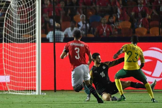 Le Sud-AfricainThembinkosi Lorch (numéro 23) inscrit, face au gardien Mohamed El-Shenawy, l'unique but qui permet aux Bafana Bafana d'éliminer l'Egypte, pays hôte de la CAN, le 6 juillet au Caire.