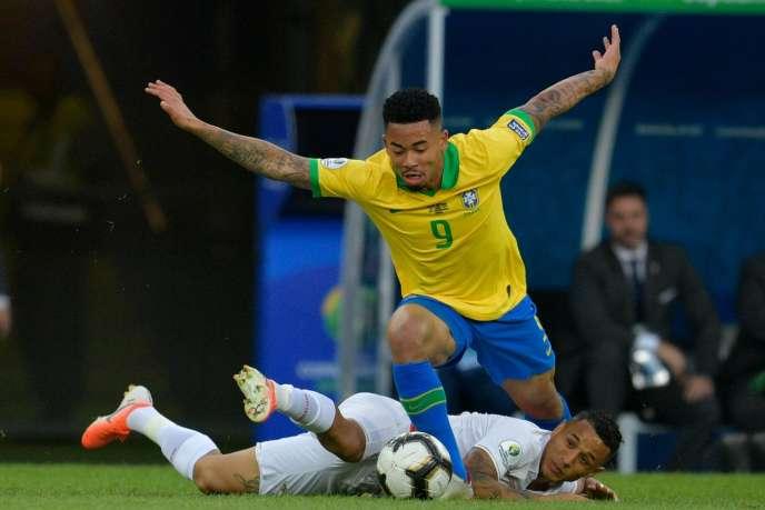 Le Brésilien Gabriel Jesus à la lutte avec le péruvienYoshimar Yotun, lors de la finale de la Copa America au mythique stade du Maracana de Rio de Janeiro, le 7 juillet.