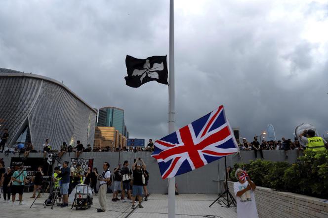 Un manifestant brandit l'Union Jack, le drapeaudu Royaume-Uni, à Hongkong, le 7juillet.