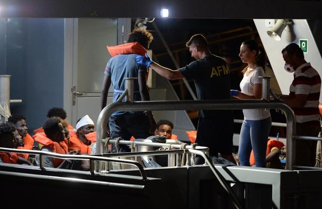 Débarquement des migrants dans le port de La Valette, le 7 juillet.