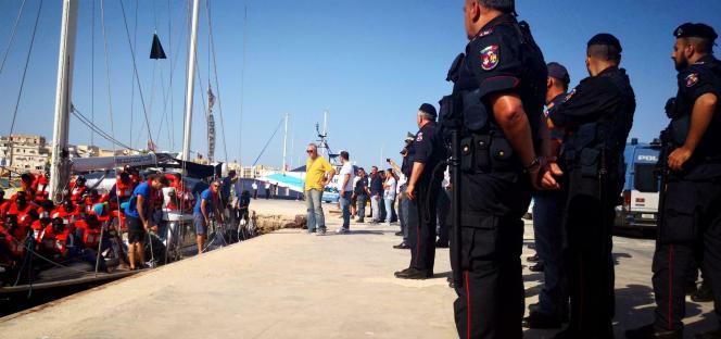 Les migrants recueillis par l'«Alex» ont débarqué à Lampedusa, dimanche 7 juillet.