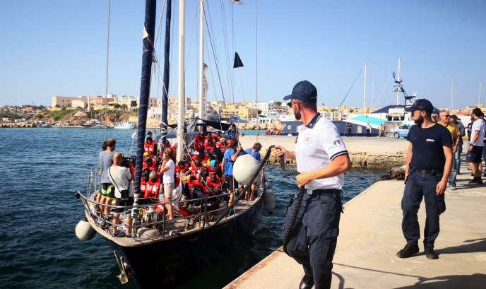 L'« Alex», un voilier affrété par le collectif Mediterranea, accoste malgré l'interdiction annoncée par Salvini, à Lampedusa, en Sicile, le 6 juillet.