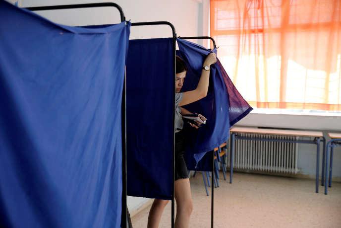 Dans un bureau de vote d'Athènes, le 7 juillet.