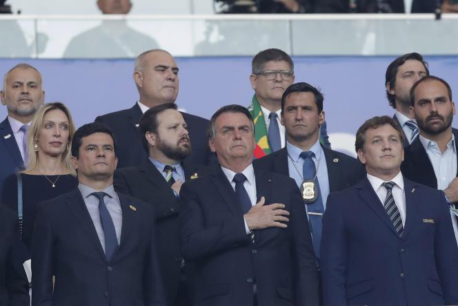 Le président brésilien Jair Bolsonaro (au entre), avec, à gauche, Sergio Moro, son ministre de la justice, durant la finale de football de la Copa América, à Rio de Janeiro, le 7 juillet 2019.