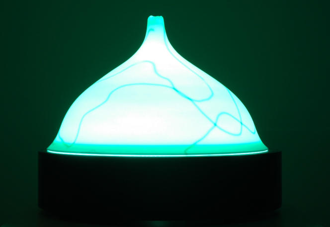 Installation lumineuse Aura, en porcelaine, bois, encre de Chine, par Nicola Boccini, 2015.