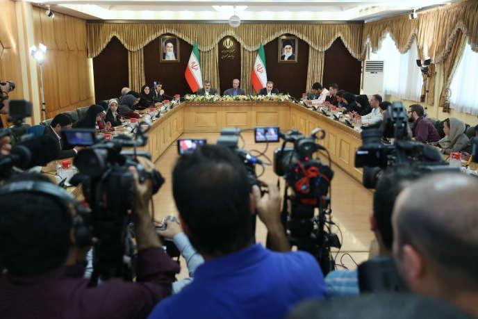 Le porte-parole de l'organisation iranienne de l'énergie atomique et le vice-ministre iranien des affaires étrangères, Abbas Araghchi, annoncent lors d'une conférence de presse à Téhéran, le 7 juillet, la décision iranienne de dépasser le taux d'enrichissement de 3,67 %.